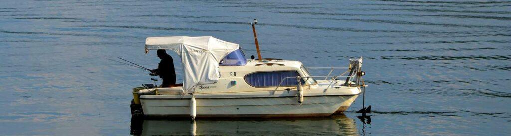 Boot mit Angler auf Wasser