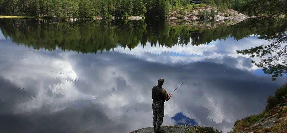 Angler am See im Wald