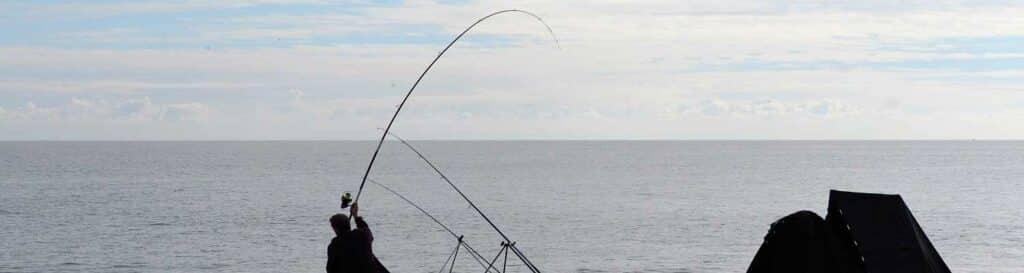 Angler am Meer mit Feederrute